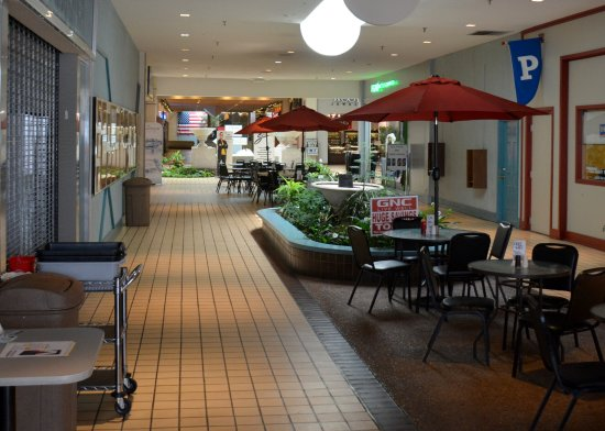 Statesville, Carolina del Norte: Food Court Concourse leading to the center point of the mall
