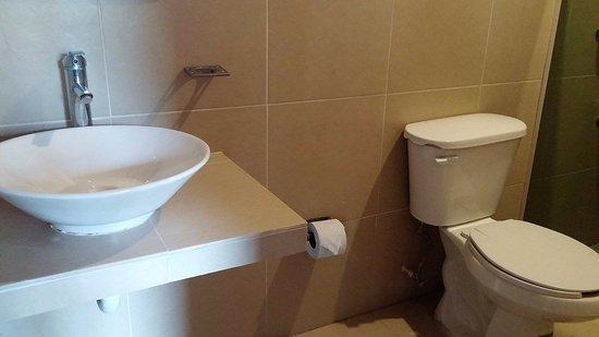 Maria de la Luz Hotel: rennovated bathroom