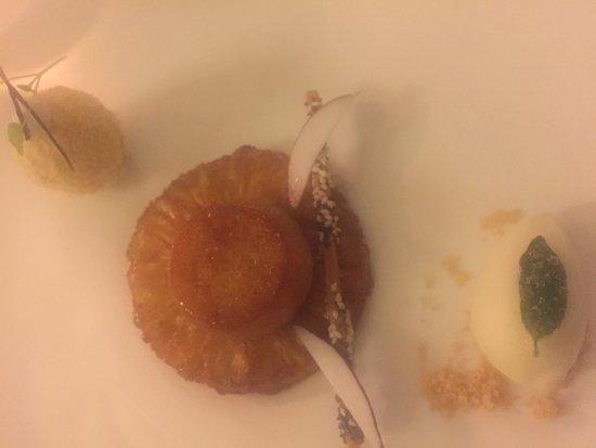 Ecully, France: Le baba, noix de coco et ananas rôtie.