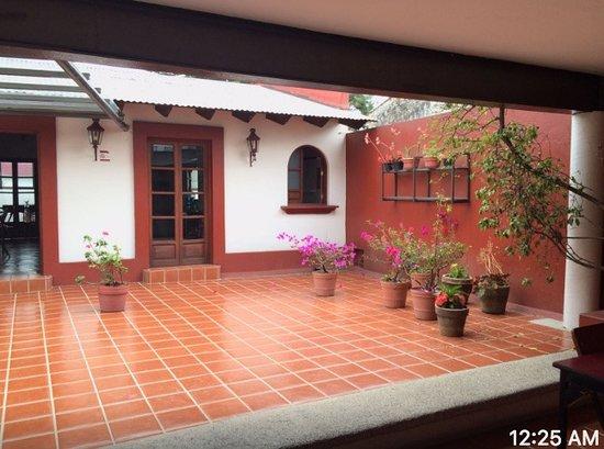 Hostal de la Niebla: Sala de estar y entrada a comedor.