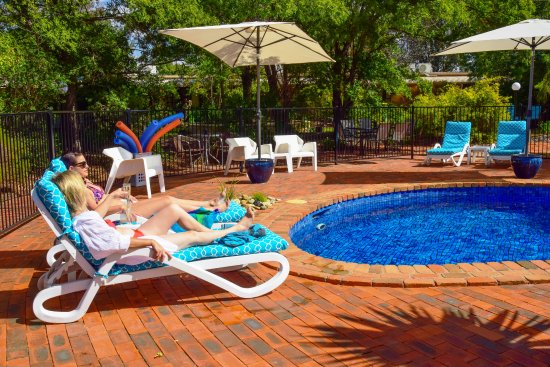 River Country Inn: Relaxing by the pool