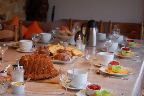 Saint-Andre-d'Allas, France: Un petit déjeuner de Pâques
