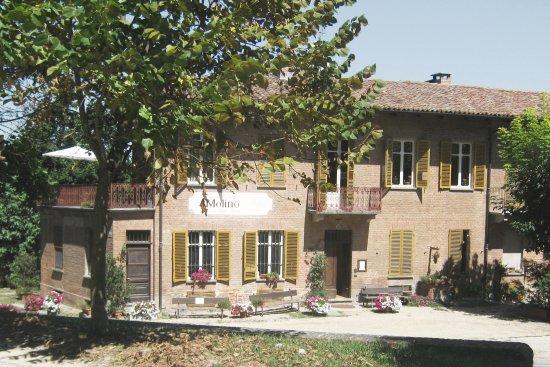 """B&B """"il MOLINO"""" Residenza Storica: B&B a Govone - Questa è la facciata del B&B vista dal parco del castello di Govone. Castello UNE"""