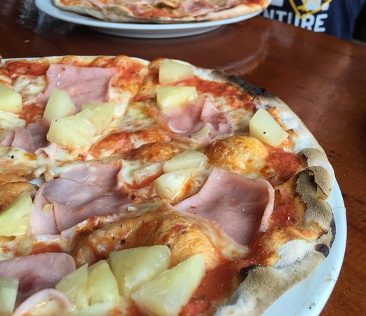 Balatonlelle, Węgry: Pizza with ham and pineapple