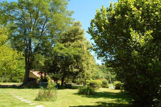 Saint-Andre-d'Allas, France: L'accès au jardin depuis le parking