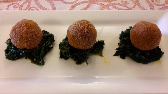 Paciano, Italy: Falafel, polpettine speziate di lenticchie di Castelluccio, amaranto e spinaci