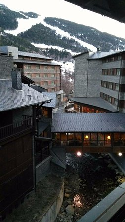 Euroski Mountain Resort: Main building on right, corridor with lobby, and second part of hotel with wellnes center on lef