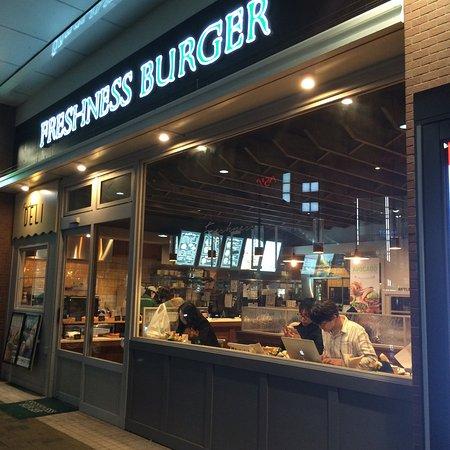 Nishitokyo, Japan: 田無駅ビルにできたフレッシュネスバーガー