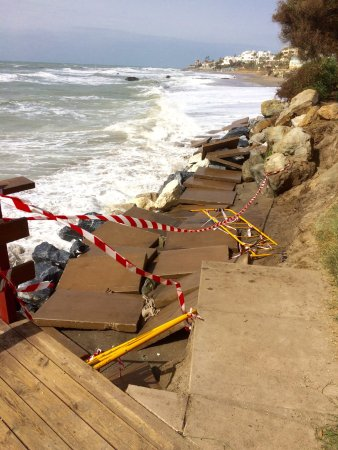 Calahonda, Spain: Lets put the slabs on top of sand close to the sea , whats the worse could happen ??