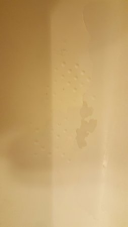 Comfort Suites Beaufort: paint peeling in bathtub!