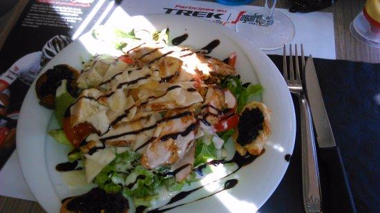 La Garde, Frankrike: Belle salade césar, fraîche et savoureuse...