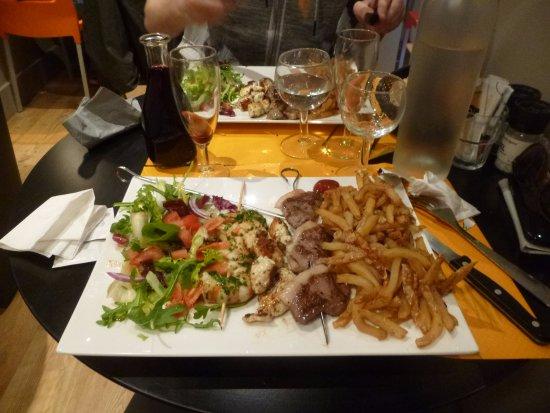 Ille-sur-Tet, Frankrike: Deux belles assiettes de brochettes