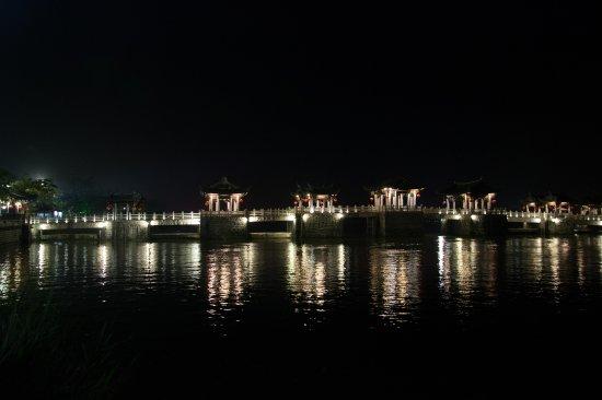 Guangji Bridge: Very pretty at night
