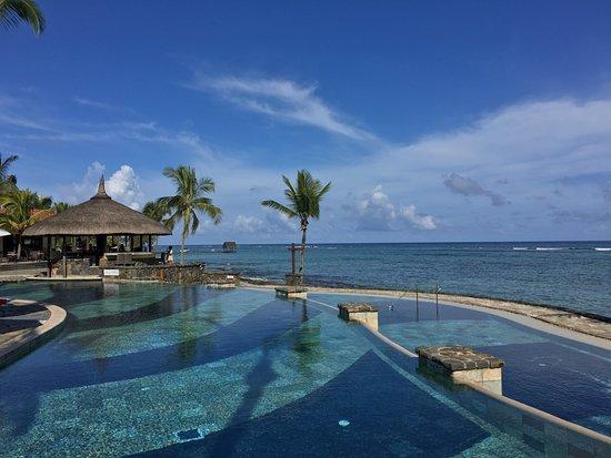Le Meridien Ile Maurice: The Nirvana pool with the pool bar
