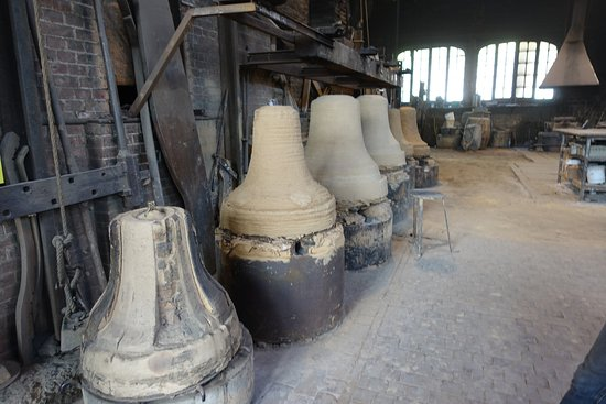 Villedieu-les-Poeles, Francia: Bells being cast in the foundry