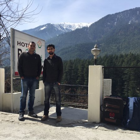 Hotel Beas View: In front of hotel with snow covered mountains in the background