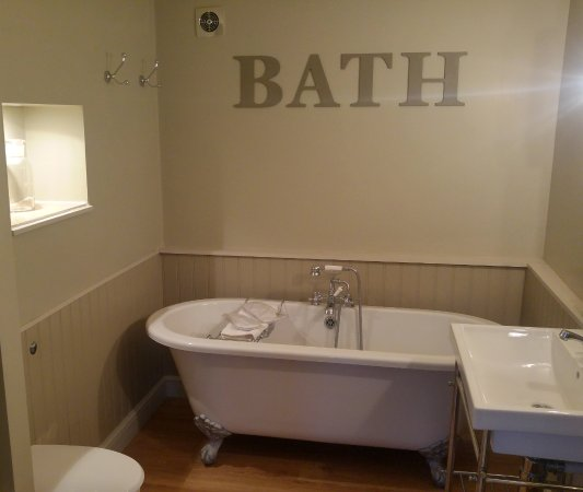 Nettlebed, UK: The bath in Caramel (room 8)
