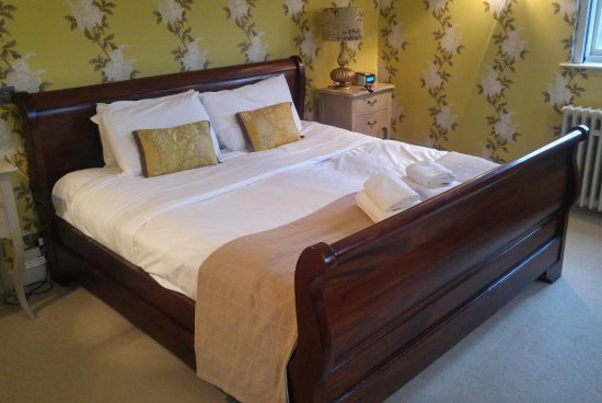 Nettlebed, UK: A great big bed in Room 8 (caramel)