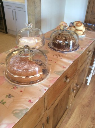 Craven Arms, UK: There is a choice of homemade cakes and freshly baked scones.