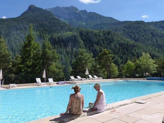 Méolans-Revel, France : La piscine au pied de la grande Séolane
