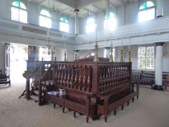 Neveh Shalom Jewish Synagogue: steps to the Bimah