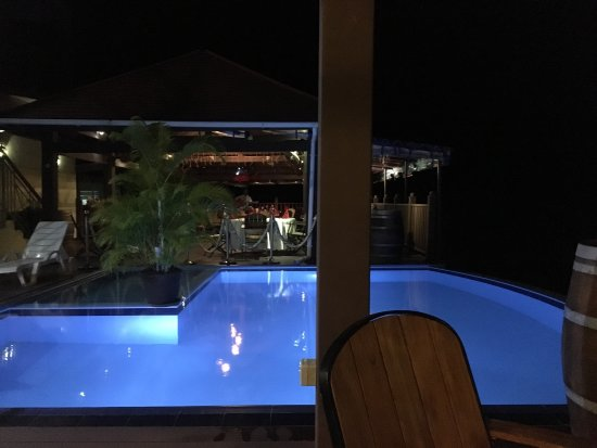 Bel Ombre, Seyşeller: Standard double room and pool with restaurant in the backround with live music