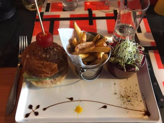 Anzere, Switzerland: Burger chips and salad