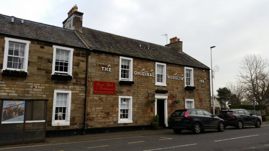 Roslin, UK: Hotel at the entrance of the road leading to the Chapel. Bus stop is directly across the street.