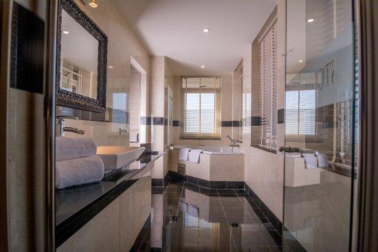 badkamer van de torensuite - Picture of Van der Valk Hotel Wolvega ...