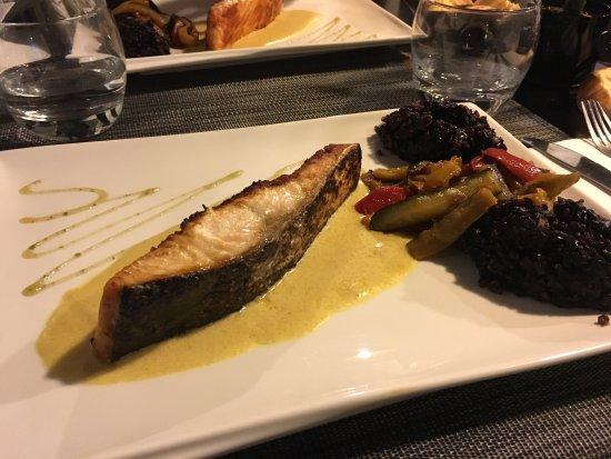 Meaux, France: Tartine de chèvre chaud avec jambon de pays, puis saumon accompagné de sa ratatouille