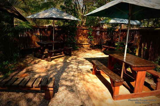 Marloth Park, Sudáfrica: Outside area in Restaurant - Benches