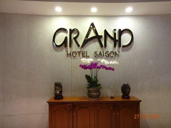 Grand Hotel Saigon: Hotel LOGO an der Rezeption