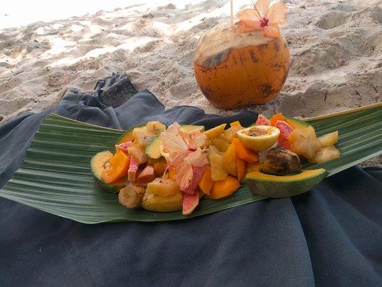 Anse Georgette: coco fraiche + plateau de fruits
