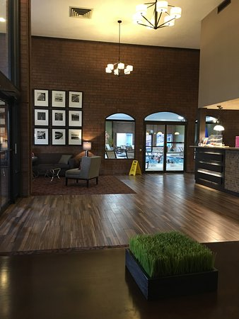 Pocatello, ID: Side view of the lobby (guest service/reservations desk at the right of the photo).