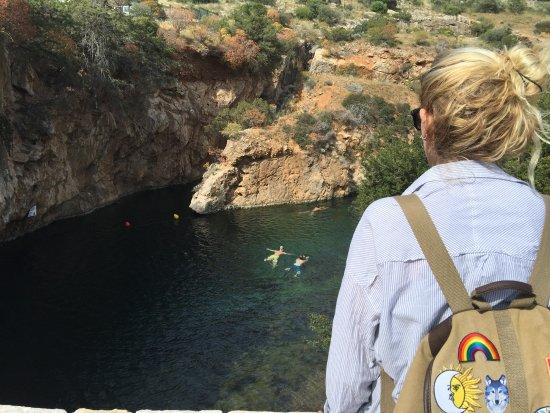 Vouliagmeni, Greece: Les nageurs dans le lac saumâtre