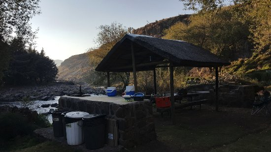 Semonkong, Лесото: Camping area with braai and communal table facing the river