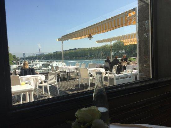 Asnieres-sur-Seine, France: terrasse en bord de Seine