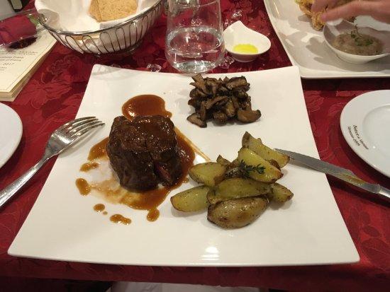 Filetto di manzo italiano (allevato Colli Euganei) con suo ristretto, patate novelle e fungo Shi