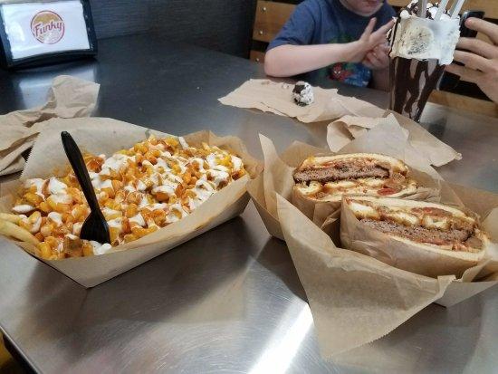 El Cajon, Californien: Buffalo mac n cheese french fries w/ranch dressing and a pizza burger.