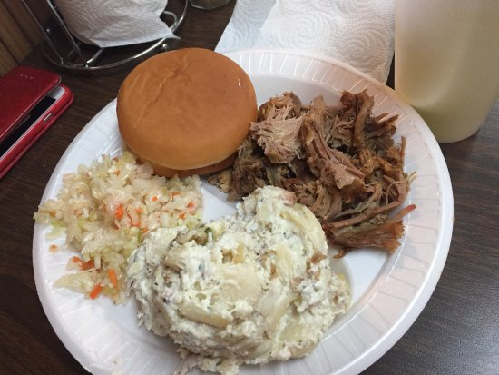 Union City, TN: Mmmm BBQ! And great potato salad!! Everything was really good! The beans and pulled Pork were ho