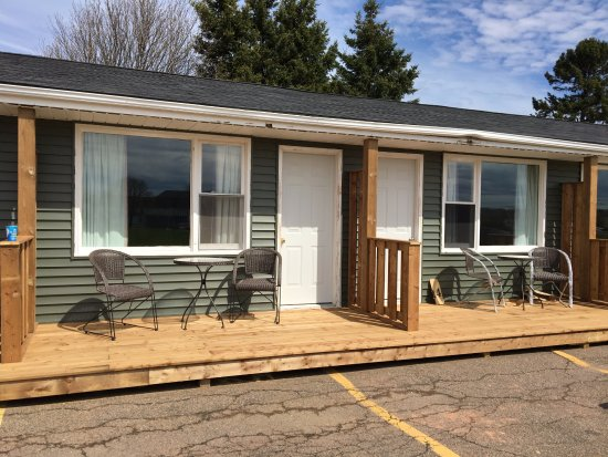 Royalty Maples Cottages and Motel : Motel Rooms with Small Patio & Bistro Set