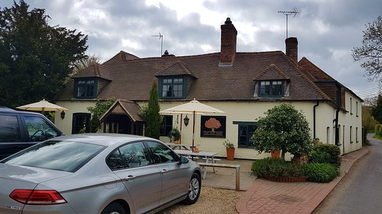 Highclere, UK: Front entrance to the Yew Tree Inn.