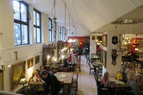 Berall h ngen lampen von der decke picture of kunst for Lampen decke