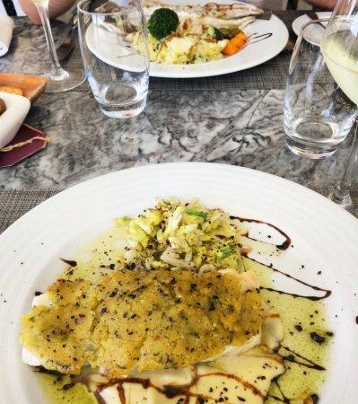 Peixe Na Linha: dourada grelhada com legumes e bacalhau com broa