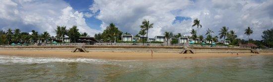 Casa de La Flora: View looking back from beach