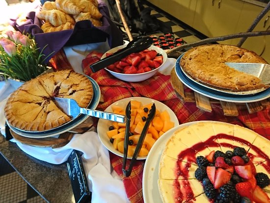 Orillia, Canada: Join us for Sunday Brunch! Something for everyone!