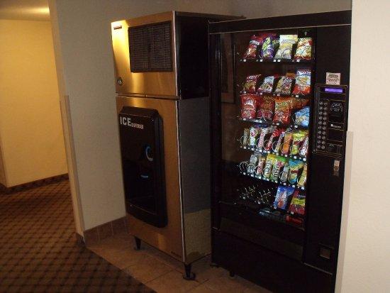 Quality Inn Winslow: Ice and Vending near Lobby