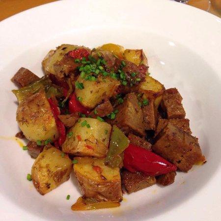 Fang i Aram Restaurant Vegetarià: Frito Mallorquín de seitán con patatas al horno