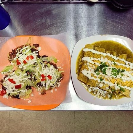 Bridgeton, Нью-Джерси: Our famous and tasty Cheese Enchiladas and Sopes.