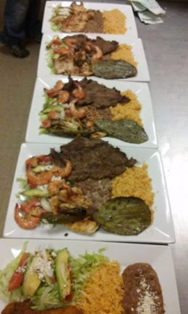 Bridgeton, Нью-Джерси: This is our signature platter its called MEGA Platter, it brings grilled steak,chicken and shrim
